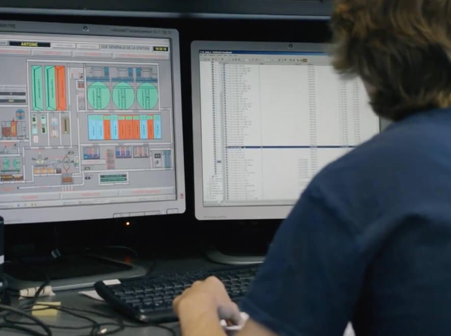 Le Groupe LML | Homme de dos devant deux écrans d'ordinateur