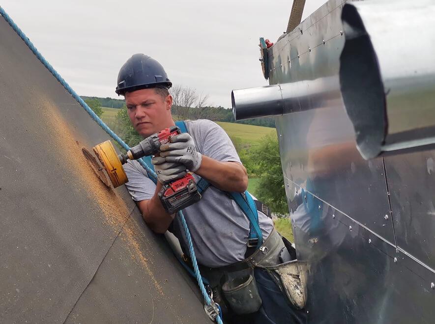 Le Groupe LML | Homme perforant une installation extérieure