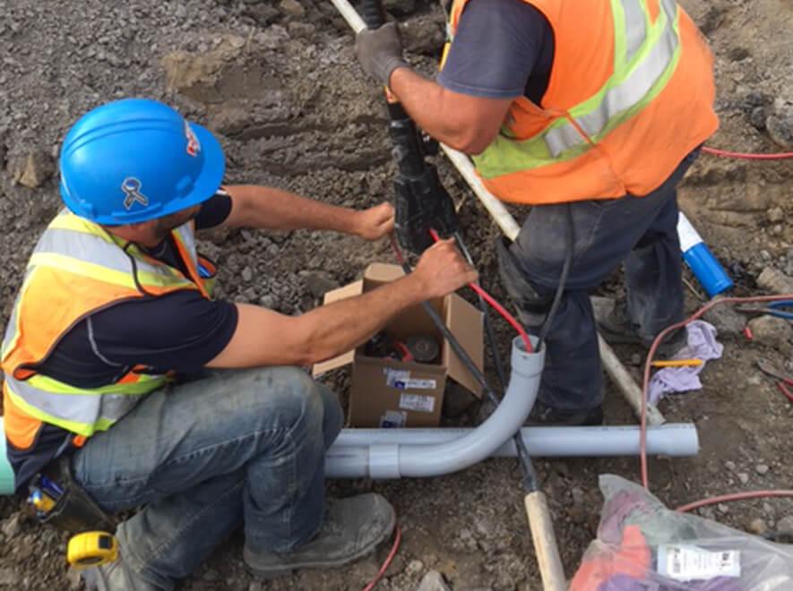 Le Groupe LML   Travailleurs de la construction enfouissant des tuyaux