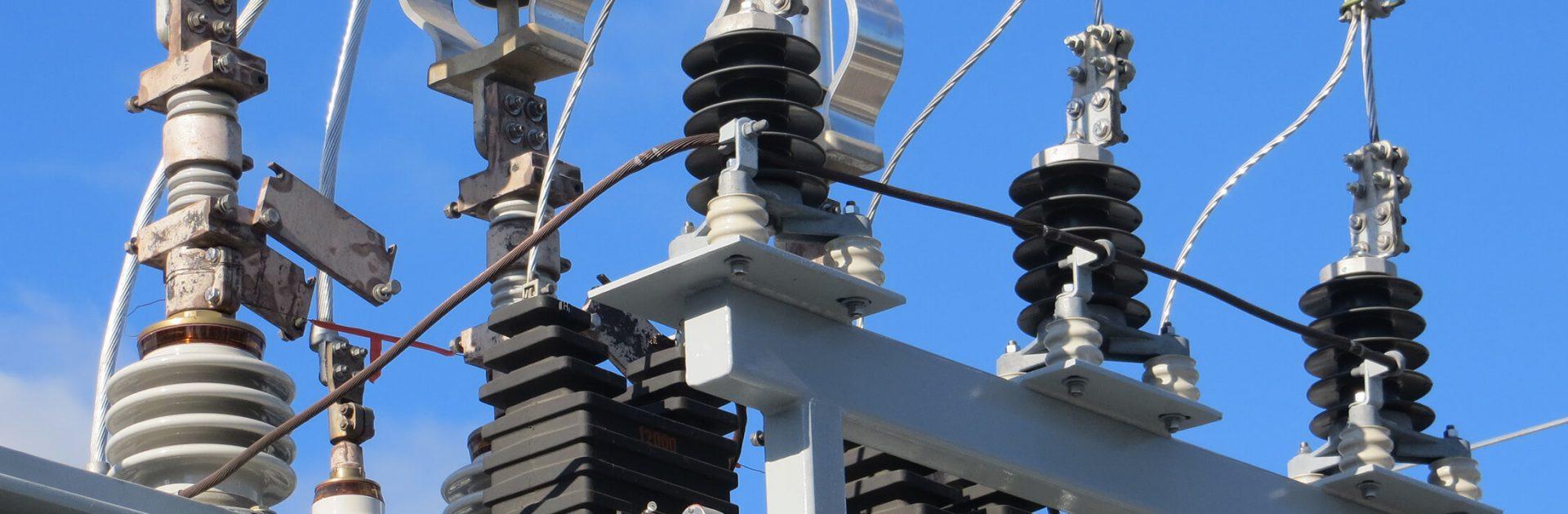 Le Groupe LML | Gros plan de composantes électriques et ciel bleu