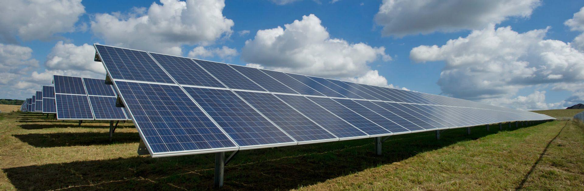 Le Groupe LML | Panneaux solaires inclinés et nuages