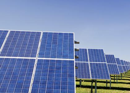 Le Groupe LML | Panneaux solaires inclinés et gazon