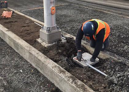 Le Groupe LML | Travailleur en dossard orange travaillant à quatre pattes